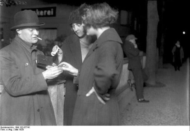 Покупка запрещенных товаров. Берлин, май 1929 года.