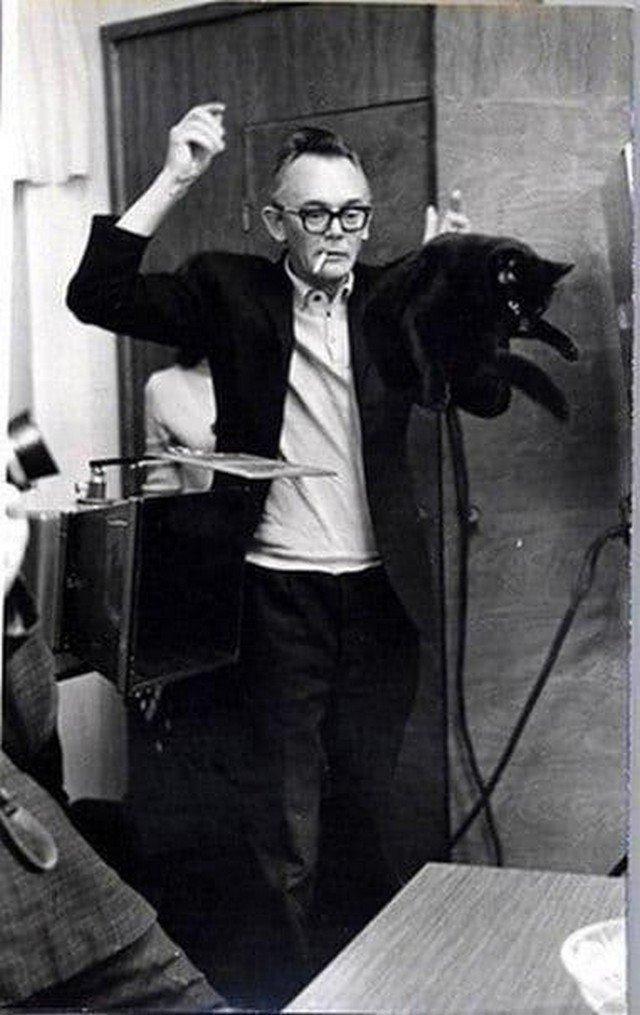 Режиссёр Леонид Гайдай на съёмках фильма «Иван Васильевич меняет профессию». Запускает кота в кадр. СССР, 1972 год.