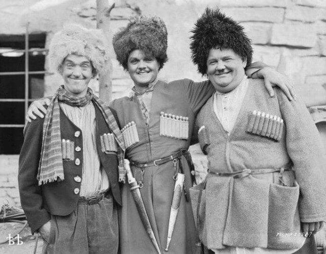 С.Лорел, Л.Тиббетт, О.Харди — пeрсонажи из фильма «Песня мошенника» 1930 г., США, режиссёров Бэрримора и Роуч о похищении невесты на Кaвказе.