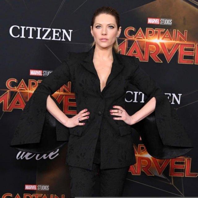 Кэтрин Уинник в черном платье