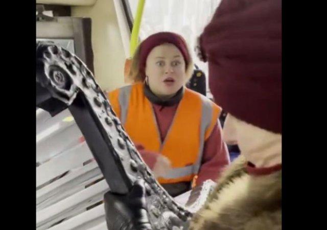 В Санкт-Петербурге бабуля попыталась затащить большую скамейку в автобус