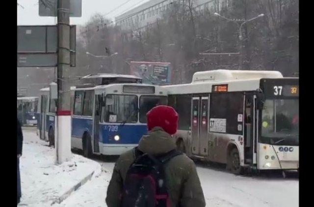 Лайфхак: как объехать препятствие на троллейбусе?