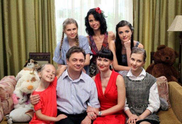 «Папиным дочкам» сейчас 19, 25, 28, 29 и 34 года. А самому папе - 61 год.