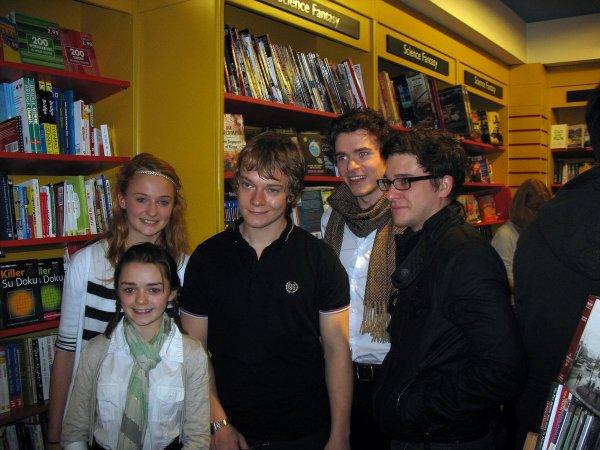 Это актёры из «Игры престолов» в 2009 году