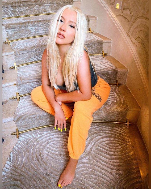 Кристина Агилера на лестнице в спортивной одежде