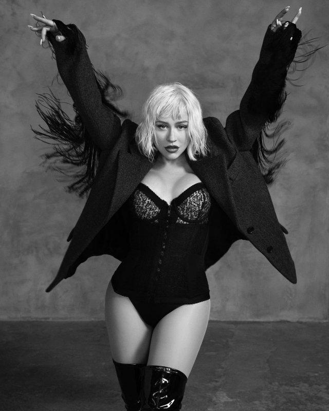 Кристина Агилера в черном боди