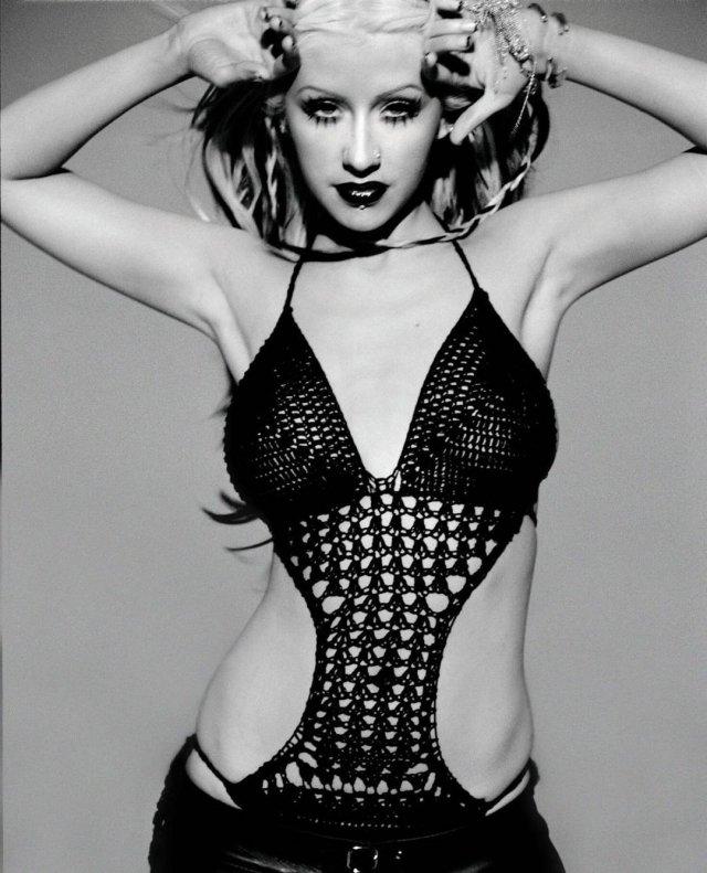 Кристина Агилера в черном костюме