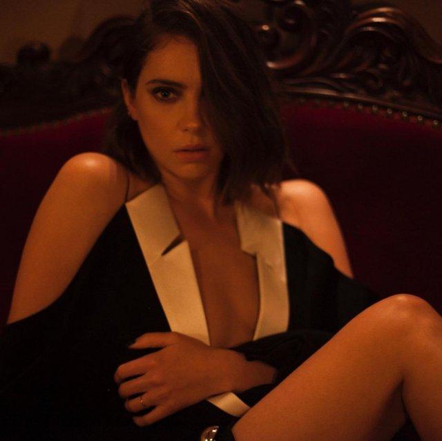 Эшли Бенсон в платье