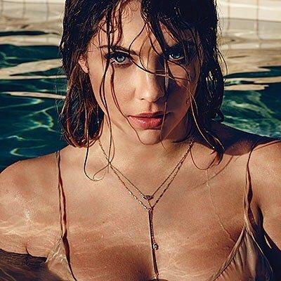 Эшли Бенсон в платье в бассейне
