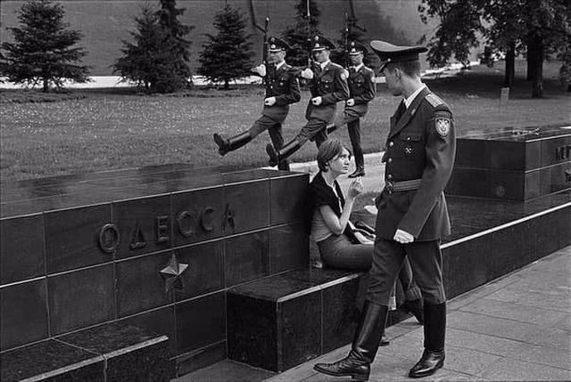 Обмен взглядами между военнослужащим 1-й роты Кремлёвского полка и курящей девушко