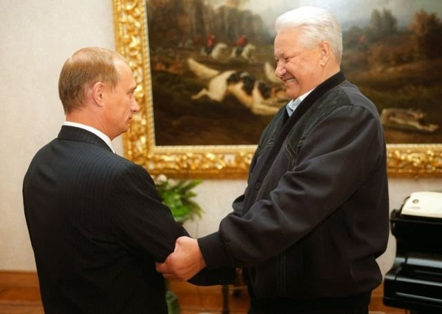 Президент России Борис Ельцин поздравляет Владимира Путина