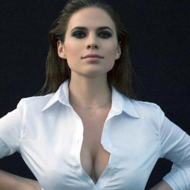 Хейли Этвелл в белой рубашке