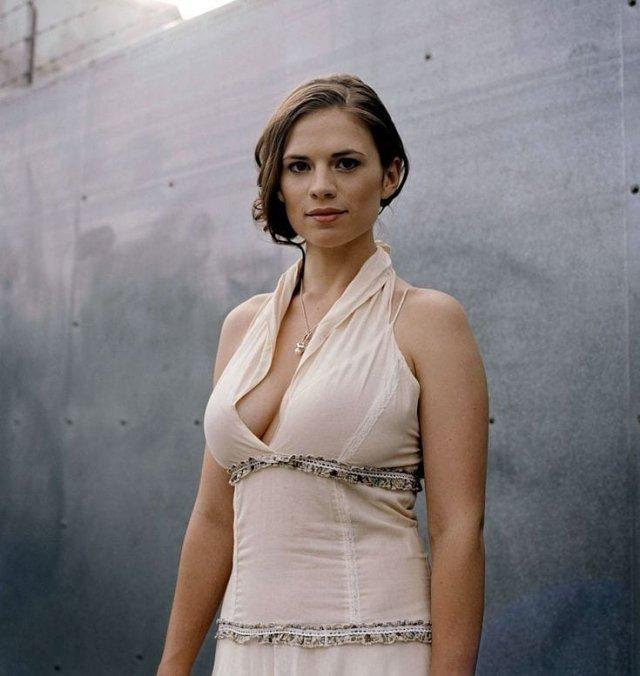 Хейли Этвелл в платье