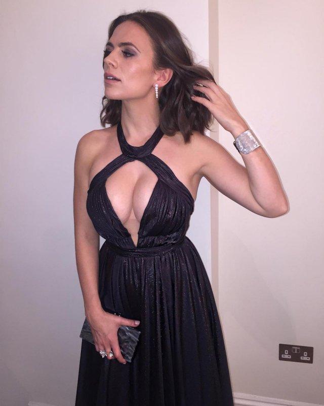 Хейли Этвелл в черном платье