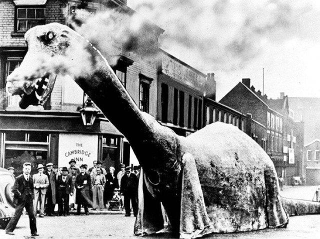 Один из первых передвижных динозавров на карнавале в Бирмингеме, Великобритания, 1938 год.