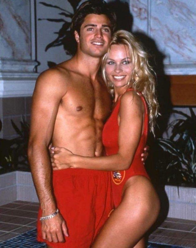 "Памела Андерсон и Дэвид Чэрвет на съемках ""Спасатели Малибу"", 1994 год."