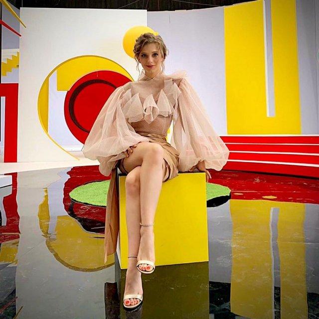 Лиза Арзамасова в белом платье