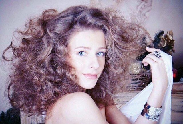 Лиза Арзамасова с кудрявыми волосами