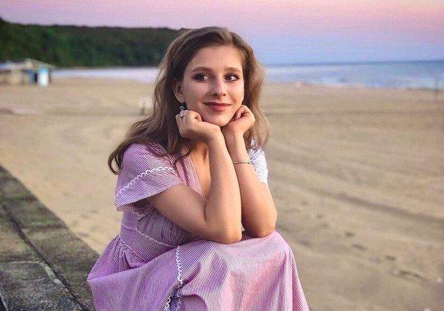 Лиза Арзамасова в платье на берегу