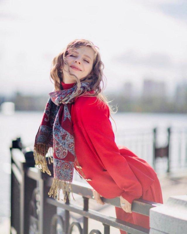Лиза Арзамасова в красном пальто с шарфом