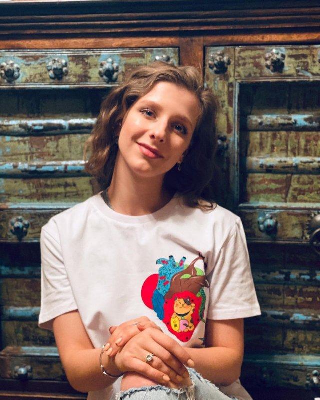 Лиза Арзамасова в белой футболке