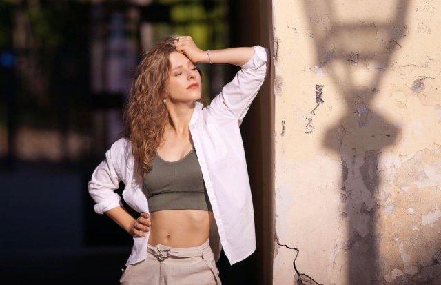 Лиза Арзамасова в белой рубашке и топе
