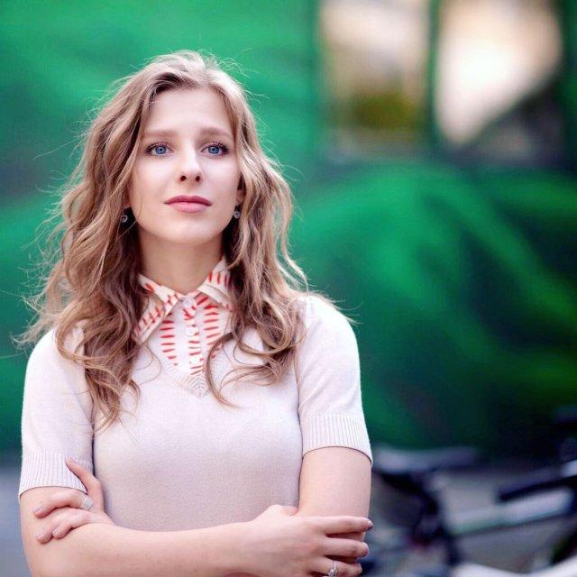 Лиза Арзамасова в белом джемпере