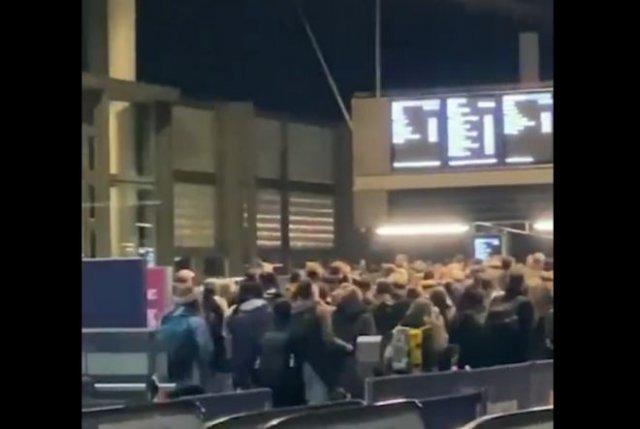 Люди бегут из Лондона: в Великобритании обнаружили новый, более заразный, штамм коронавируса