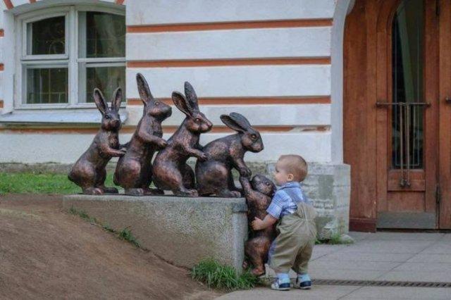 Мальчик и статуя с зайцами