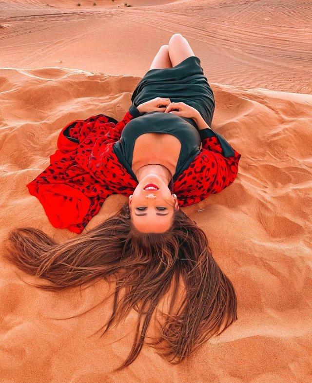 Анфиса Чехова в платье на песке