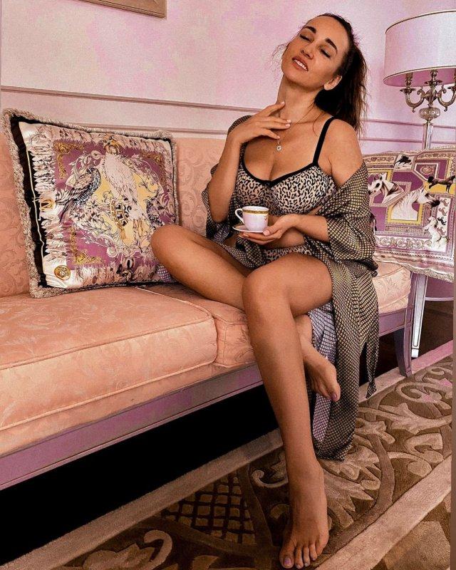 Анфиса Чехова в нижнем белье на диване пьет кофе