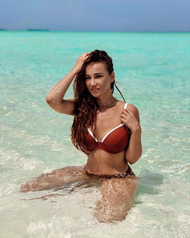 Анфиса Чехова в купальнике на море