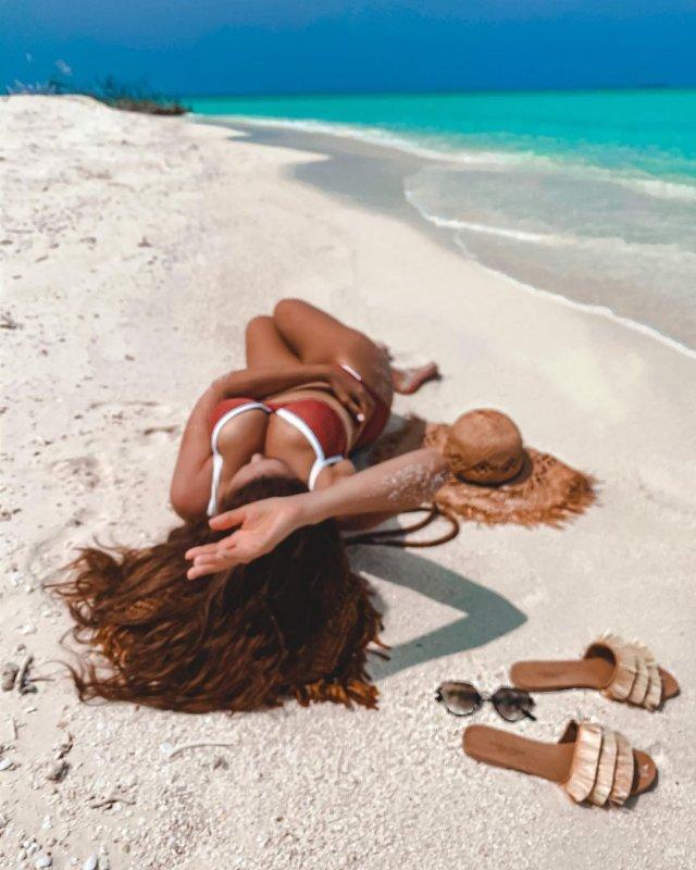 Анфиса Чехова на пляже в купальнике