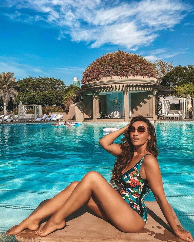 Анфиса Чехова в купальнике на пляже