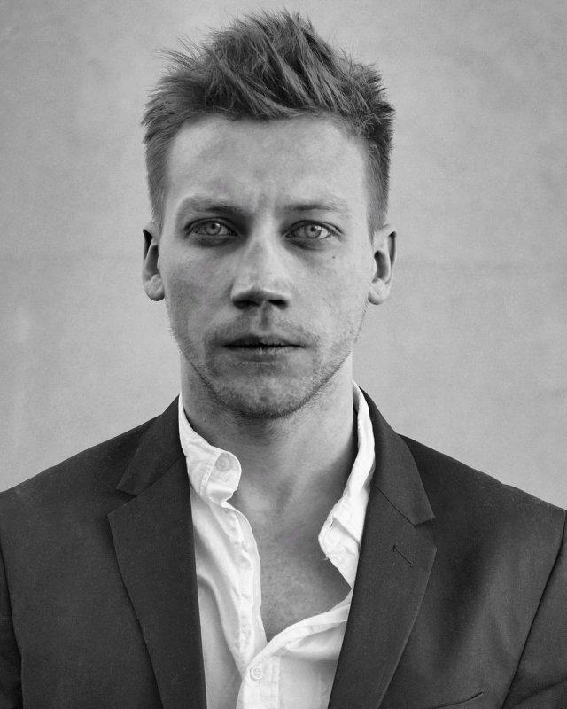 Александр Кузнецов в рубашке и пиджаке