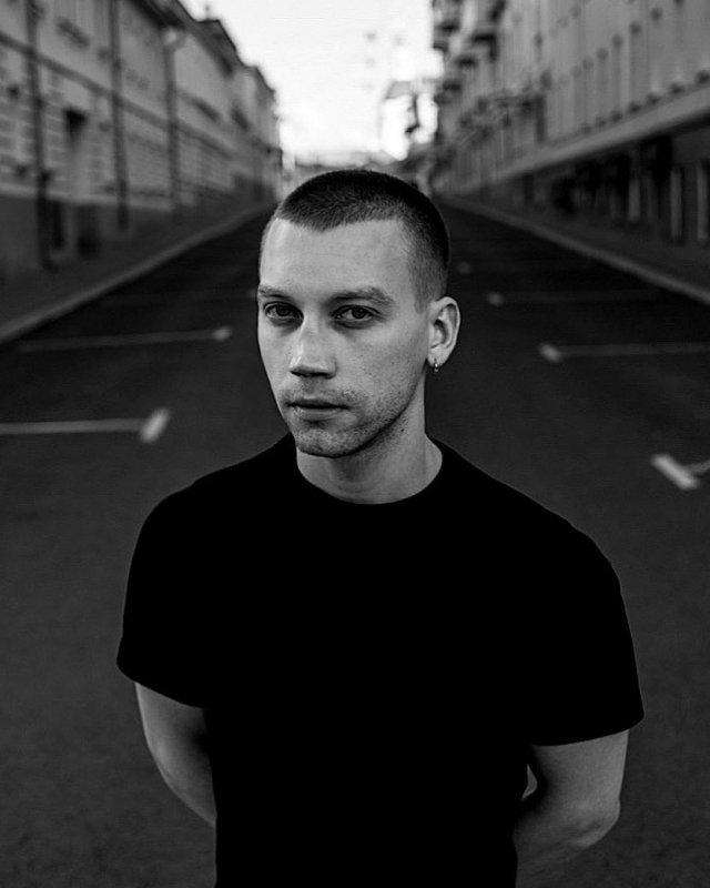 Александр Кузнецов в черной футболке