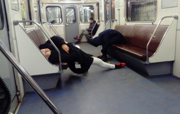 пьяные парни в метро