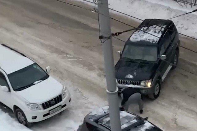 Суровая парковка в Новосибирске: мужчина оттащил мешавший ему автомобиль