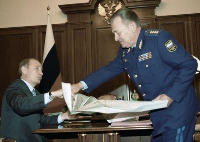 Владимир Путин и командующий ВВС России Анатолий Корнуков раскладывают карту, 2000 год