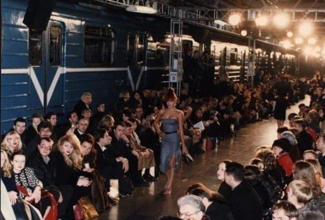"""Показ новой коллекции """"Givenchy"""" в московском метро, 1997 год."""