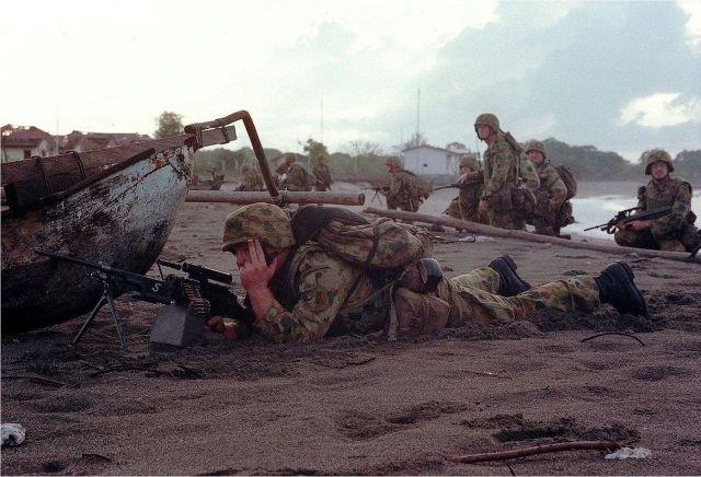 Австралийские солдаты высаживаются в регионе Суай, Восточный Тимор, Октябрь 1999 года.