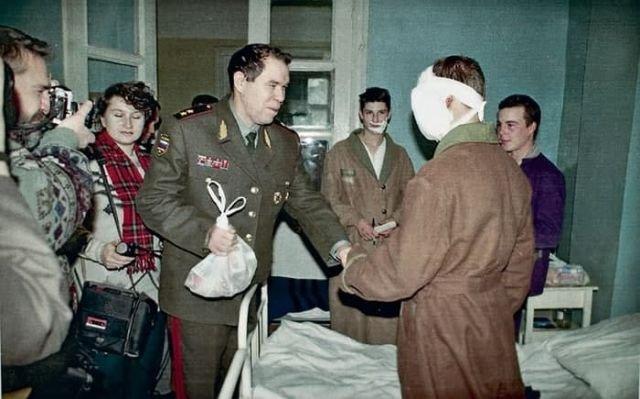 Генерал Лев Рохлин навещает раненых солдат в госпитале. середина 90-х.