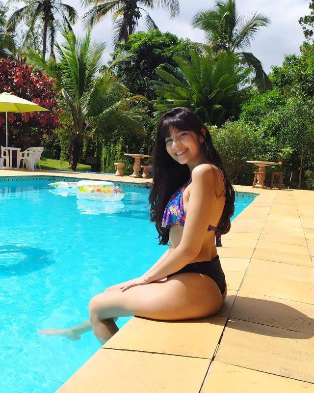 Стриммерша Tayhuhu в купальнике около бассейна