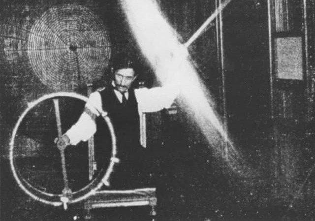 Тесла проводит эксперименты с беспроводным электричеством в 1899 году