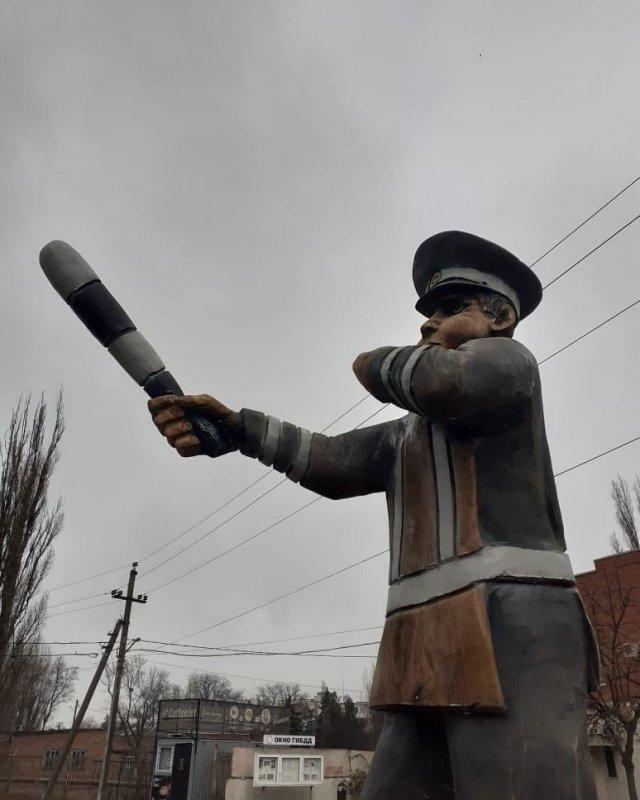В Азове появился памятник сотруднику ГИБДД