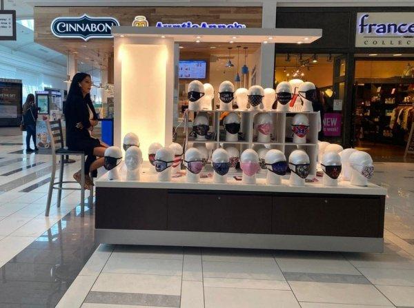 Парадокс: дама продаёт маски, а сама сидит без неё