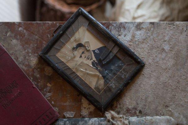 Фотография под разбитым стеклом