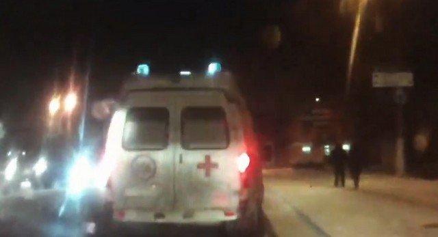 В Твери водитель дважды за минуту въехал в скорую помощь