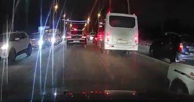 """Омские водители решили воспользоваться """"лайфхаком"""" и объехать пробку, пристроившись за каретами"""