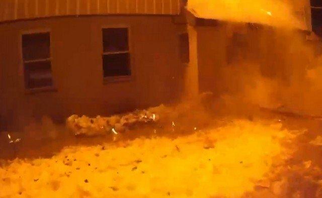 Пожарный спас собаку из горящего амбара: видео от первого лица